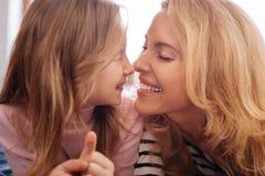 Liebevolle Mutter und ihre Kinderumfassung Lizenzfreie Stockfotos