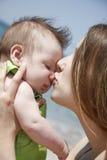 Liebevolle Mutter und Schätzchen auf Natur Lizenzfreie Stockfotografie
