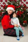 Liebevolle Mutter und Sohn mit Weihnachtsbaum Stockbilder