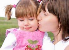 Liebevolle Mutter und Tochter stockfotografie