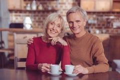 Liebevolle Paarausgabe weekends zusammen lizenzfreies stockbild