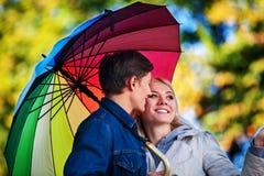 Liebevolle Paare auf Datum unter Regenschirm Stockfotografie