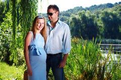 Liebevolle Paare auf dem Flussufer Lizenzfreies Stockbild