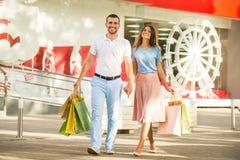 Liebevolle Paare auf einem Datum Lizenzfreie Stockfotos