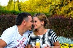 Liebevolle Paare auf einem Picknick Stockfoto