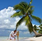 Liebevolle Paare auf einem tropischen Strand Stockfotografie