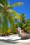 Liebevolle Paare auf einem tropischen Strand Lizenzfreie Stockfotografie