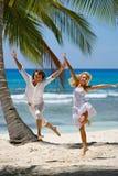 Liebevolle Paare auf einem tropischen Strand Lizenzfreies Stockbild