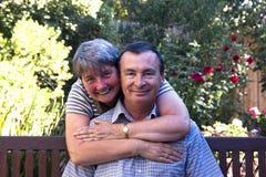 Liebevolle Paare auf einer Bank Stockfoto