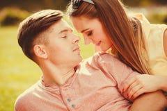 Liebevolle Paare auf Gras Stockfotos
