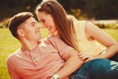 Liebevolle Paare auf Gras Lizenzfreies Stockfoto