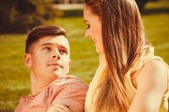 Liebevolle Paare auf Gras Lizenzfreies Stockbild