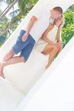 Liebevolle Paare auf Tropeninsel, Hochzeitszeremonie im Freien Lizenzfreie Stockfotos