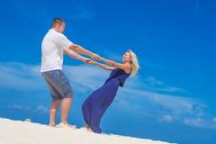 Liebevolle Paare auf tropischem Strandhintergrund stockfotografie