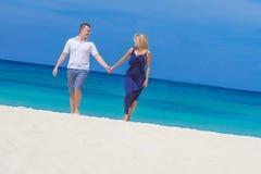 Liebevolle Paare auf tropischem Strandhintergrund lizenzfreie stockbilder