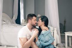 Liebevolle Paare betrachten einander und jeder des anderen Nasen der Note lizenzfreies stockfoto