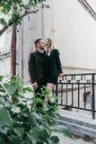 Liebevolle Paare der jungen schönen Mode Stockfotografie