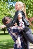 Liebevolle Paare des glücklichen Spaßes in einem Park lizenzfreie stockfotos