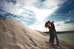 Liebevolle Paare des Schattenbildes auf Strand Stockbild