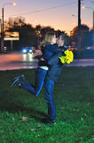 Liebevolle Paare, die am Abend küssen Stockbild