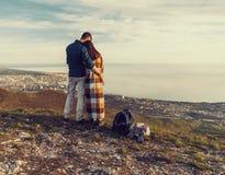 Liebevolle Paare, die Ansicht von Meer genießen Lizenzfreies Stockfoto