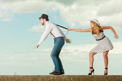 Liebevolle Paare, die auf Datum durch Seeküste spielen Lizenzfreies Stockbild
