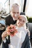 Liebevolle Paare, die auf Kamera aufwerfen lizenzfreies stockfoto
