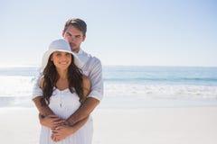 Liebevolle Paare, die an der Kamera lächeln Stockbild
