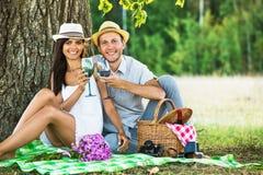 Liebevolle Paare, die in der Natur sich entspannen Stockbilder