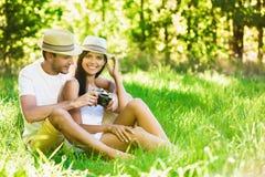 Liebevolle Paare, die in der Natur sich entspannen lizenzfreies stockfoto