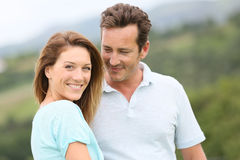 Liebevolle Paare, die draußen Reise genießen Lizenzfreie Stockbilder