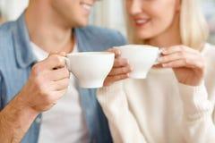 Liebevolle Paare, die im Café sitzen lizenzfreie stockfotografie