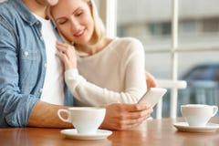 Liebevolle Paare, die im Café sitzen stockfotos