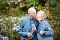 Liebevolle Paare, die im Garten küssen stockfotografie