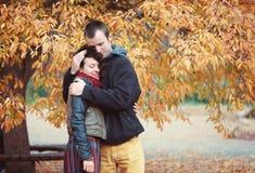 Liebevolle Paare, die im herbstlichen Park umarmen stockbilder