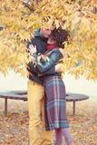 Liebevolle Paare, die im herbstlichen Park umarmen lizenzfreie stockbilder