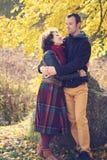 Liebevolle Paare, die im herbstlichen Park umarmen stockfoto