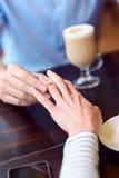 Liebevolle Paare, die im Restaurant sich engagieren Lizenzfreie Stockfotos