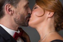 Liebevolle Paare, die leidenschaftlichen Kuss genießen stockbild