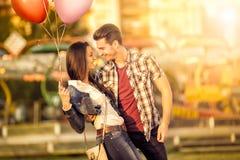Liebevolle Paare, die Spaß im Vergnügungspark haben Stockfoto