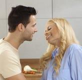Liebevolle Paare, die Spaghettis essen Lizenzfreie Stockfotografie
