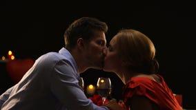 Liebevolle Paare, die Spaghettis herstellen zu küssen auf romantischem Datum im Restaurant, Liebe stock video