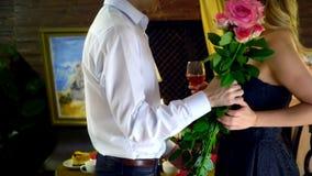 Liebevolle Paare, die zu Abend essen und in einem Restaurant küssen 4K stock video footage