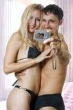 Liebevolle Paare, die zu Hause umfassen Stockfotografie