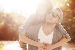 Liebevolle Paare draußen Stockbild