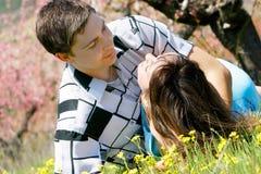Liebevolle Paare draußen Lizenzfreies Stockfoto