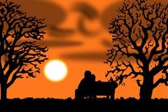 Liebevolle Paare in einem Sonnenuntergang auf einer Bank lizenzfreie abbildung