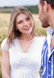 Liebevolle Paare, Frau auf Fokus Stockfotografie