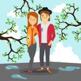 Liebevolle Paare im Frühjahr auf dem Hintergrund der Pfützen und der blühenden Bäume Stockbilder