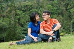 Liebevolle Paare im Park Stockfotografie